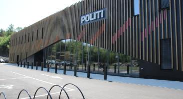 FORNØYDE: Justisminister Anders Anundsen og politistasjonssjef Jan Sverre Krogstad gliste begge bredt og fornøyd under åpningen.