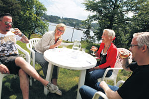 FORMIDDAG:F.v: Thomas Larsen, Marianne Kalleberg, Solveig Andersen Og Jan Ove Steinsvik Stilte Villig Opp En Formiddag Sent I Juni.