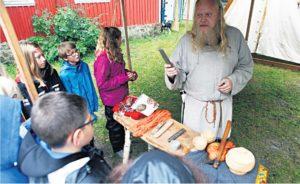EKSPORTVARER:Viking Tom B. Regevik Viser Frem Hva Vikingene Solgte Ute På Reisene Sine.