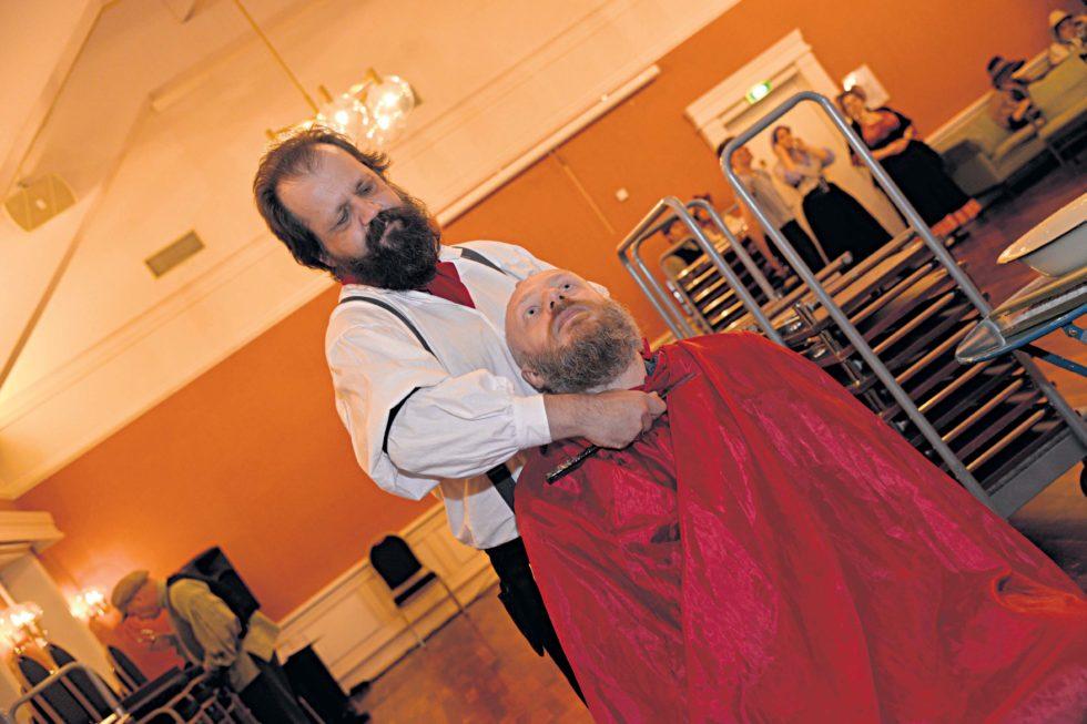 BARBARISK:Den Hevntørste Barberen Sweeney Todd, Spilt Av Harald Dose, Tar Livet Av Kundene Når De Kommer For å Stelle Skjegget. Her Ser Vi Bård Nannestad I Stolen Som Den Uheldige Kunden.