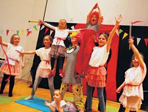MENNESKELIG PYRAMIDE:F.v. Nora(7), Laila (9), Frida(7), Cassandra (8), Max (6), Charlotte (8) Og Madelen (6). Nede Ligger Leni På Nesten Fem år. Her Viser Hele Cirkusensemblet Frem Sine Kunster (til Nesten 50 Fremmøtte Foreldre Og Publikummere.