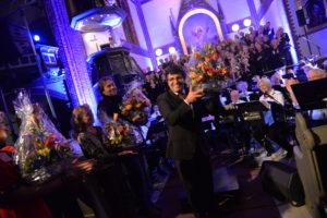 FORNØYD: Dirigen Jorge Dinis Er Fornøyd Med Konserten Og Får Blomster Og Gode Ord Til Takk.