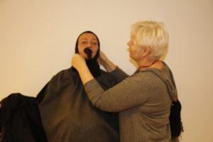 EN KRÅKE BLIR TIL: Kostymesjef Gunn Astrid Mortman Fikser På Kostymene Til Skuespillerne Med Kyndig Hånd.