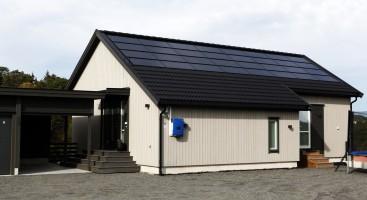 MILJØVENNLIG: Markedet i Arendal er ikke helt klart for tak med solcellepanel. Foto: Jarle Kavli Jørgensen