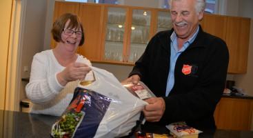PAKKER MATPOSER: Inga Simonsen og Kjell Arne Nordbø pakker mat i poser som blir gitt bort til mennesker som trenger litt ekstra støtte i hverdagen.