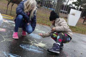 KRITT: Elevene Og Barna Fikk Utfolde Kreativiteten Med Krittegninger. Foto: Jarle Kavli Jørgensen.