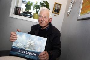 BOKUTGIVELSE: Ants Lepson Viser Frem Boka, Han Utgir Selv. Foto: Jarle Kavli Jørgensen.
