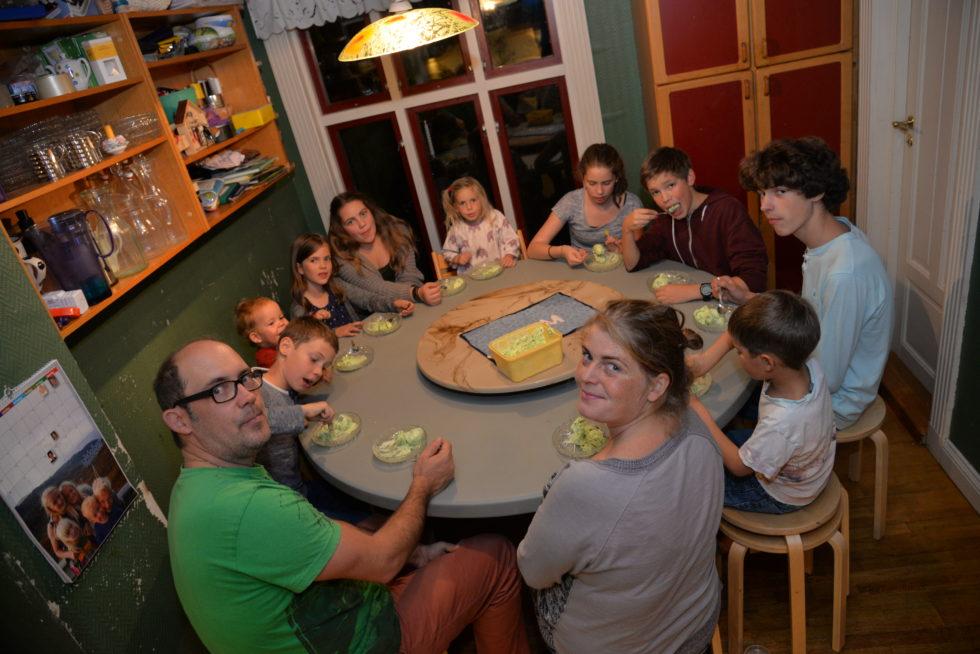 GODT MED IS: Hele Familien Koser Seg Med Is. Foto: Jarle Kavli Jørgensen