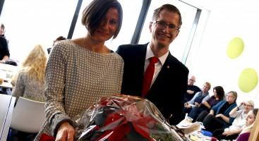 BLOMSTERTAKK: Arbeiderparti-ordfører Robert C. Nordli overrakte blomster til leder for Arendal Voksenopplæring, Johanna Derdowska og de ansatte som takk for innsatsen så langt. Foto: Esben Holm Eskelund