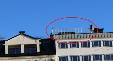 STANSET: På toppen av Langbrygga 9 ble det onsdag formiddag satt opp reisverk til et ventilasjonsrom. Arendal kommune ba tiltakshaver Einar Johnsen Eiendom AS om å stanse arbeidet og sende søknad. Foto: Esben Holm Eskelund