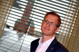 INSTALLERT: Ordfører Robert Cornels Nordli Begynner å Finne Seg Til Rette På Sitt Nye Kontor I Rådhuset I Arendal. Foto: Esben Holm Eskelund