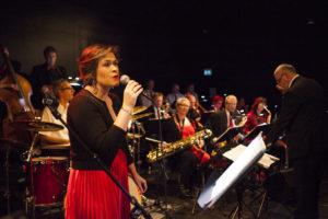 SPILLER JULEN INN: Arendal Big Band Inntar Scenen For Arendal Jazzklubb I Lille Torungen Lørdag Kveld. Arkivfoto: Jarle Kavli Jørgensen.