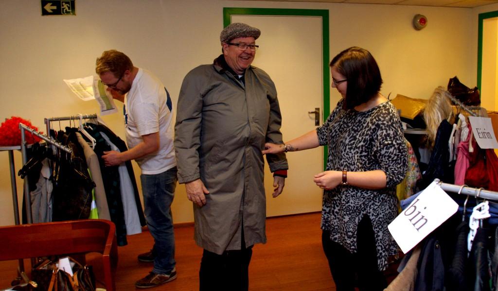 SJEKTEFIN: Magne får hjelp av kostymeansvarlig Janicke Kvist Trulsvik før han skal ut i sjekta. Foto: Granerevyen