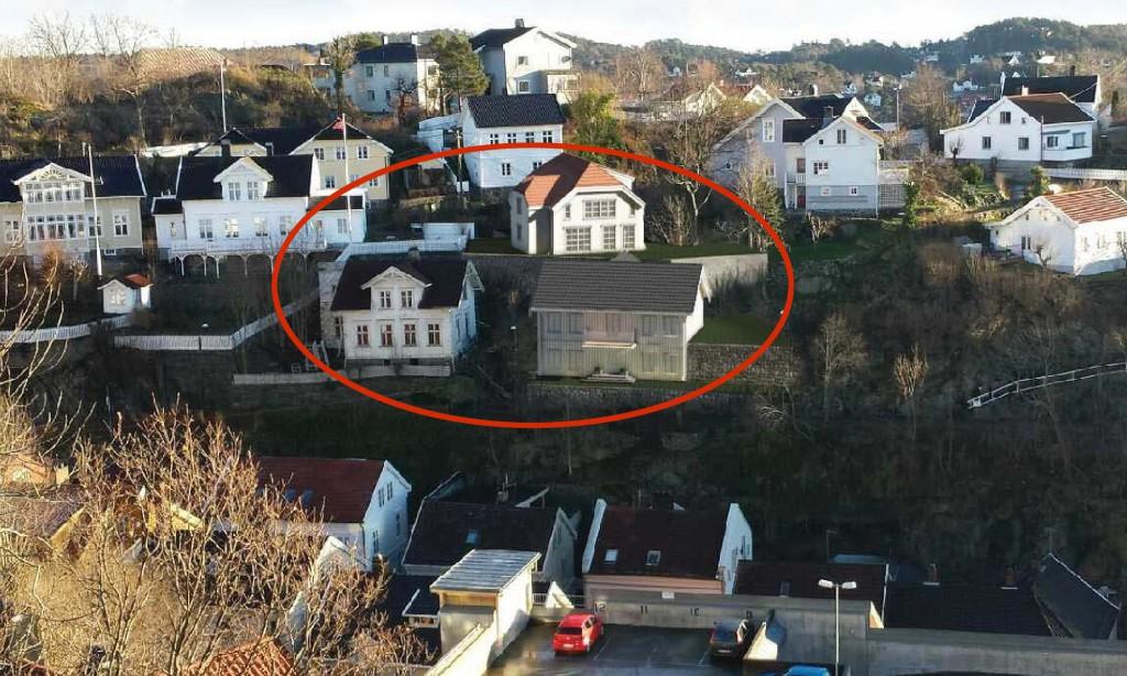 BYGGEPLANER: Slik kan Kastellveien 30 og Feierheia bli seende ut om tiltakshaver får godkjent reguleringsplanen. Til høyre i den røde markeringen ønskes to nye boliger, mens boligen i Kastellveien til høyre skal rives og bygges opp igjen. Illustrasjonsfoto/Tyholmen Arkitektkontor.