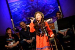 UNGT TALENT: Dina Matheussen Fortalte Sin Historie Om Mobbing Og Fremførte Flere Sanger I Løpet Av Kvelden.