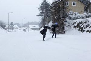 SØKER LY: Noen Velger å Benytte Paraply For å Søke Ly Mot Snøen Som Laver Ned. Foto: Jarle Kavli Jørgensen.