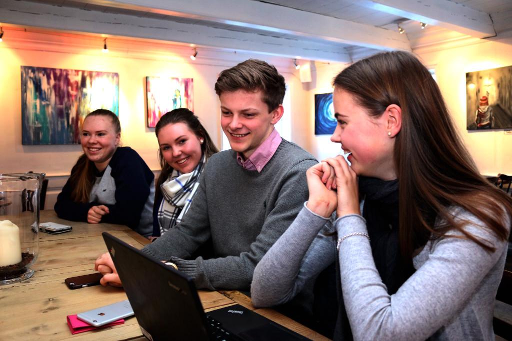 KJØNN UVESENTLIG: Han legger ikke skjul på å trives i de unge damenes selskap, men nestleder Erlend Lindøe ser forbi kjønn når det handler om politikk. Foto: Esben Holm Eskelund