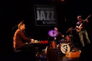 Trioen SAH! Med Bassist Fredrik Sahlander I Spissen Leverte En Eksplosiv Og Intens Konsert For Arendal Jazzklubb, Torsdag Kveld.