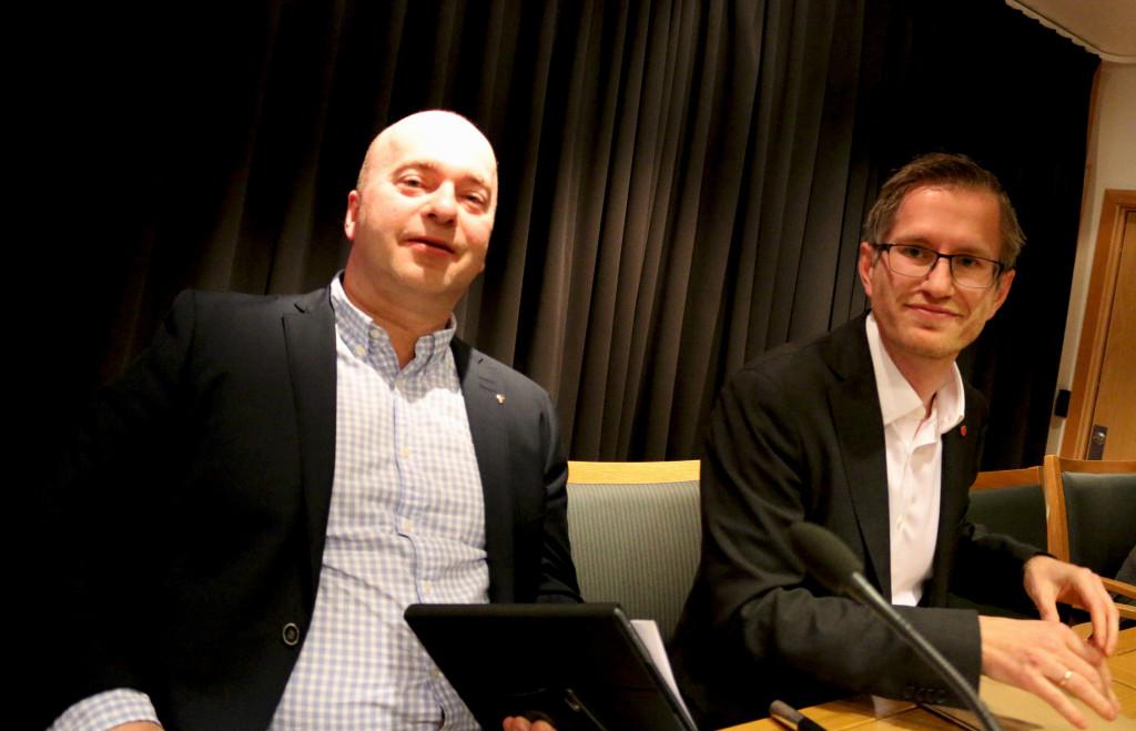 BOMPENGER: Settevaraordfører Anders Kylland fra Fremskrittspartiet og ordfører Robert C. Nordli fra Arbeiderpartiet har ulik tilnærming til bompenger, men er begge glade for at veien kommer. Foto: Esben Holm Eskelund