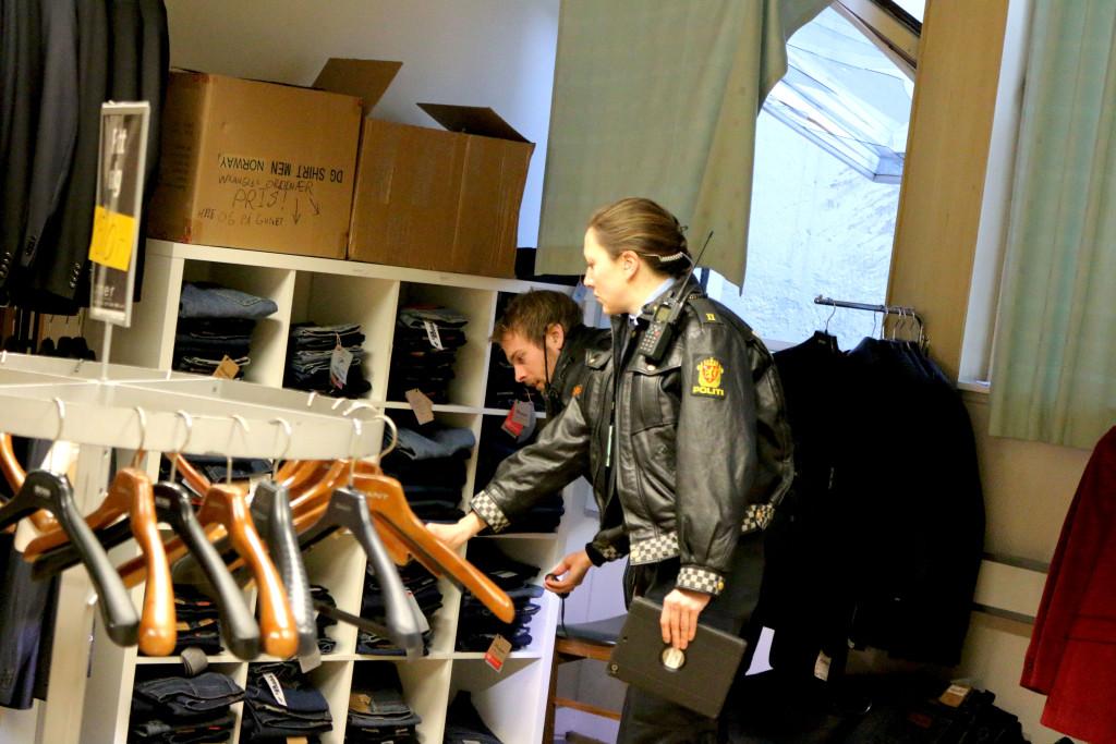 ETTERFORSKNING: Politibetjentene Silje Kjeldsberg og Jens Kristoffer Viken fra politiet i Arendal undersøkte og sikret spor på åstedet. Foto: Esben Holm Eskelund