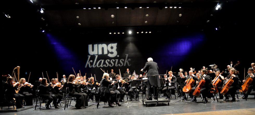 SYMFONI: Kristiansand Symfoniorkester Under Ledelse Av Sin Dirigent Bjarte Engeset. Bildet Er Fra Solistkonserten I 2016. Arkivfoto