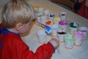 PÅSKEEGG: På Kuben Kan Barna Bli Med å Male Påskeegg. Foto: Kuben