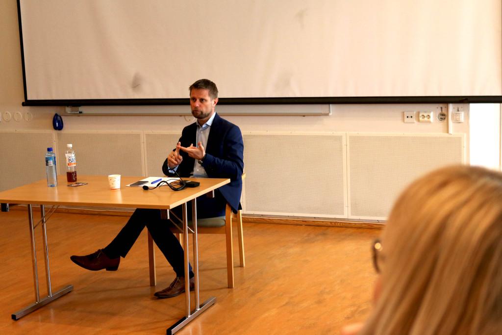 SITTENDE SAMTALE: Helseministeren tok seg god tid til å svare på samtlige av spørsmålene som ble stilt på Arendal bibliotek, og inntok enn sittende og lyttende posisjon. Foto: Esben Holm Eskelund