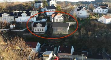 JA TAKK: Politikerne i Arendal har gitt grønt lys for å rive huset til venstre i den røde markeringen, samt oppføring av to boliger med til sammen fire leiligheter på naboeiendommen på Feierheia. Ilustrasjon: Tyholmen Arkitektkontor