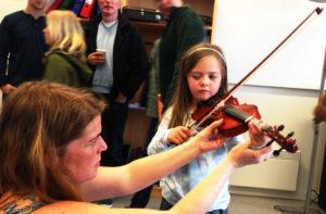 FIOLIN: Kulturskolens Fiolinlærer Ingrid S. Miller Lærte Gjerne Bort Fiolintriks Til Besøkende. Foto: Esben Holm Eskelund