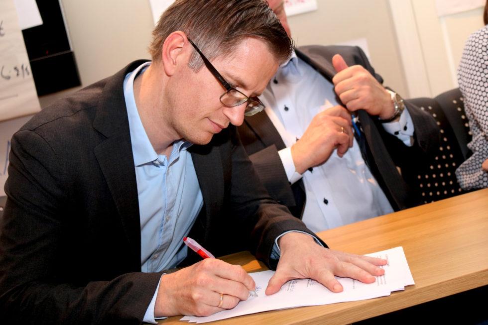 SIGNERTE: Arendalsordfører Robert. C.Nordli Signerer Intensjonsavtalen Om Kommunesammenslåing. Foto: Esben Holm Eskelund