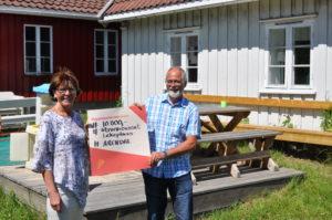 HØYTIDELIG: Sjekken Fra Banksjef Oddny Jørgensen Ble Overrakt Velforeningen Forrige Uke. Foto: Privat