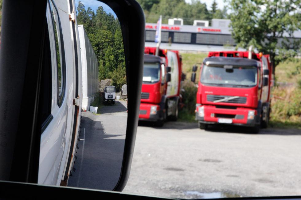 I Høyre Speil Ser Det Ut Som Det Er God Klaring For å Svinge Til Høyre.