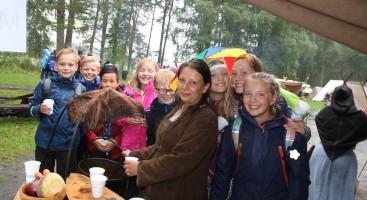 VIKINGHØVDING: Marianne Becker, vikinghøvding i Agder vikinglag delte ut suppe til sjetteklassingene. Foto: Elin S. Gjeruldsen