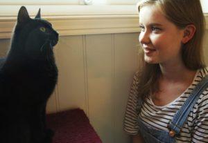 KATTEELSKER: Frivillig Line Middtun Vil Være Med På å Lage Et Trygt Sted For Kattene. Foto: B. MiRee Abrahamsen