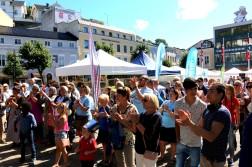 MYE FOLK: Mange hadde tatt turen til Torvet for å få med seg pangstarten på Arendalsuka for barn og unge. Foto: Esben Holm Eskelund