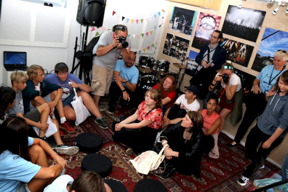 STINN BINGE: Musikkøvingsbrakka På Torvet Ble Fylt Opp Av Musikkinteressert Ungdom Da Den Ble åpnet Tirsdag. Foto: Esben Holm Eskelund