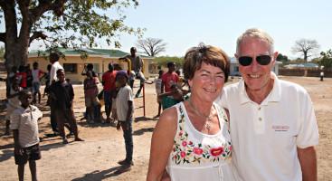 ARENDALITTER: Lise Bjørnson Schulz og Tom Benkestok Schulz  fra Arendal var med da SOS-barnebyers åpnet i Ngabu gjennom midler fra Odd Fellow-ordenen.  Foto: SOS-barnebyer