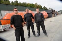 FRUSTRERTE ANSATTE: 39 produksjonsansatte ved Norsafe jobber nå i oppsigelsestid. Klubbleder Frank Robin Gustavsen (t.v) fortviler over den vanskelige situasjonen til kollegaene Helge Engelbrethsen og Kurt Richard Bjelland.