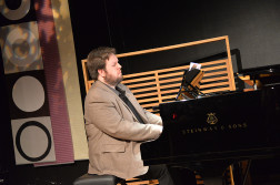 PÅ KLAVER: Arendalsmusiker Erik Haugan Aasland er en av musikerne i Agder Camerata. Arkivoto