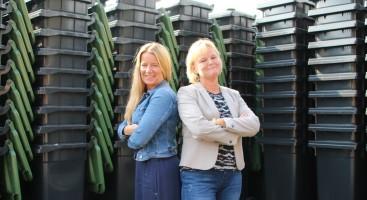 KLARE: Hilde Hvoslef som er avdelingsleder for privathusholdninger og Anita Aanonsen Jernquist som er daglig leder i Agder Renovasjon har gledet seg til å få gamle dunker ut, og dunke nye inn lenge.