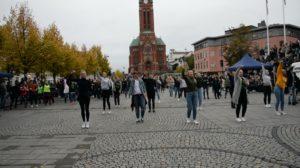 FLASHMOB: Elever Fra De Videregående Skolene I Arendal Bidro Med Flashmob I Forbindelse Med Verdensdagen For Psykisk Helse, Mandag Ettermiddag.