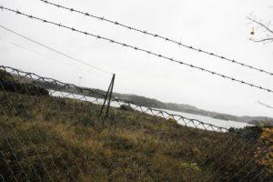 FANGELEIR: Barna Peker På At Området Minner Om En Fangeleir Når Det Er Omgitt Av Piggtrådgjerde. Foto: Grete Husebø
