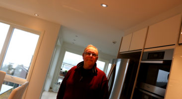 SMÅ BAGATELLER: Styreleder Arnt S. Hansen i sameiet Brones på Tromøy mener et godt styre er viktig for å forebygge at bagateller ender opp i store konflikter. Nå håper han å få en ny nabo i den ene av over førti leiligheter, som for tiden står tom. Foto: Esben Holm Eskelund