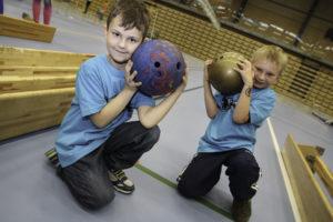 NY FAVORITT: Sigurd (6) (t.v.) Har Fått Seg En Ny Favorittidrett, Nå Har Han Lyst Til å Begynne På Badminton. Julian På Syv Og Et Halv (t.h) Liker Aller Best Bowling.