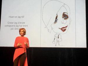 RØDT: Hanne Kristin Rohde Fortalte Hvordan Rødt Var Blitt Fargen Som Gav Henne Selvtillit I Kulturhuset Tirsdag Kveld. Foto: Grete Husebø