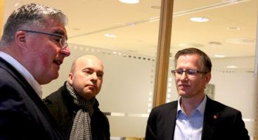 BUDSJETTRIO: Alle tre er enige om at kommunen må levere gode tjenester for innbyggerne, men Høyres Geir Fredrik Sissener (t.v.), Frps Anders Kylland og ordfører Robert C. Nordli (Ap) har vidt forskjellige innfallsporter. Foto: Esben Holm Eskelund