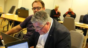 BUDSJETT: Høyres gruppeleder Geir Fredrik Sissener sitter dypt inne i tallene, mens bystyrekollega Roar Gundersen følger med på om det er pluss eller minus. Foto: Esben Holm Eskelund
