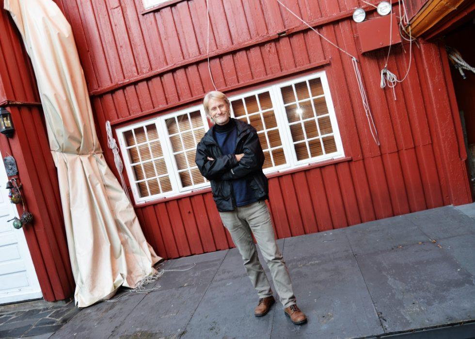 BAKGÅRDSGENERAL: Frank Kvarstein Fra Kulturnettverket I Arendal Kommune Har Ansvar For Gjennomføring Av Bakgårdskonsertene. Foto: Linda Dyrholm