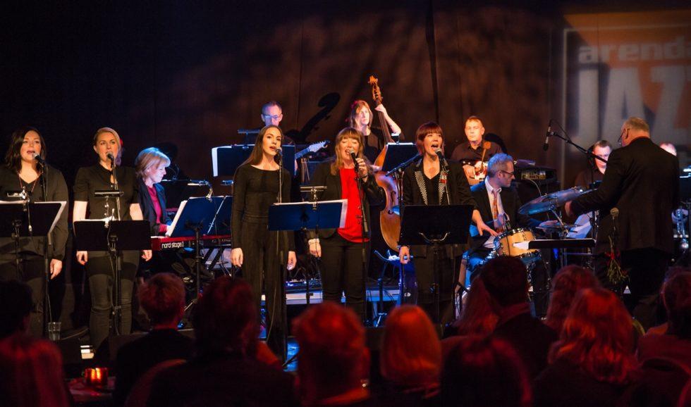 GOD JUL: Vokalister Og Band Sørget For å Skape God Julestemning På Arendal Jazzklubbs Julekonsert, Onsdag Kveld.