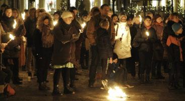 MENGDE: En folkemengde på over 100 mennesker møtte opp på Kanalalplassen.